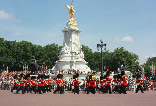 changing-of-the-guard-buckingham-palace-london